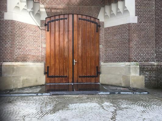 Drempels weg bij hoofdingang Sint Martinuskerk