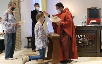 Volwassenen gevormd tijdens pinksterviering